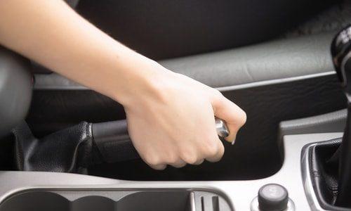 正しいサイドブレーキの使い方と注意点