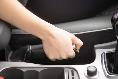 正しいサイドブレーキの掛け方と注意点