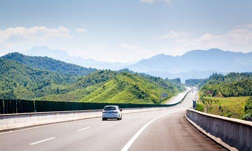車線(車線境界線)の種類や意味を解説します