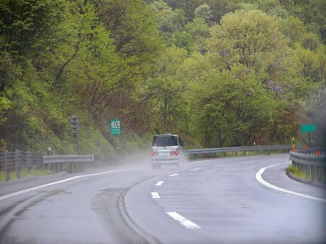 雨の日を安全に運転する4つのコツ